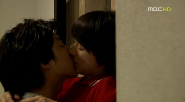 コンユとユンウネの情熱的なキス