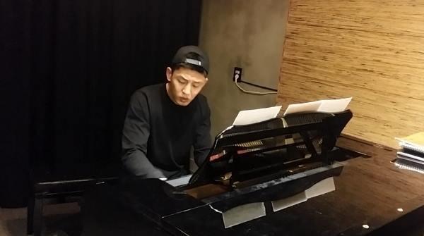 ピアノを弾くユアイン