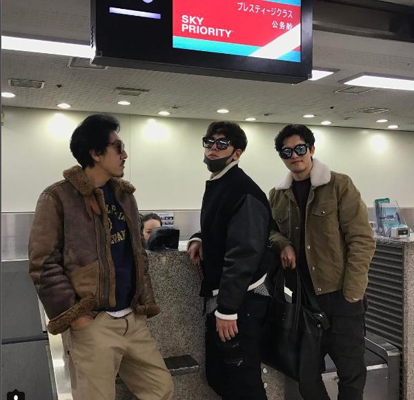 空港カウンターで写真をとるチチャンウクとジョンヒョン、vespa