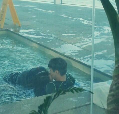 プールでキスするカイとクリスタル