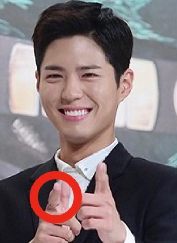 『雲が描いた月明り』の制作発表会でペアリングとも疑われた指輪を着用しているパクボゴム