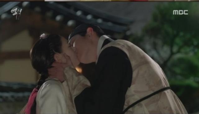 ガリョンにキスするギルドン