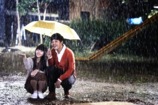 傘をさすジョンウとスヨン
