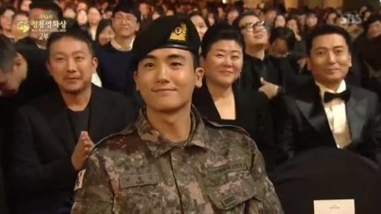 第40回青龍映画賞」授賞式に軍服姿でサプライズ登場したパクヒョンシク