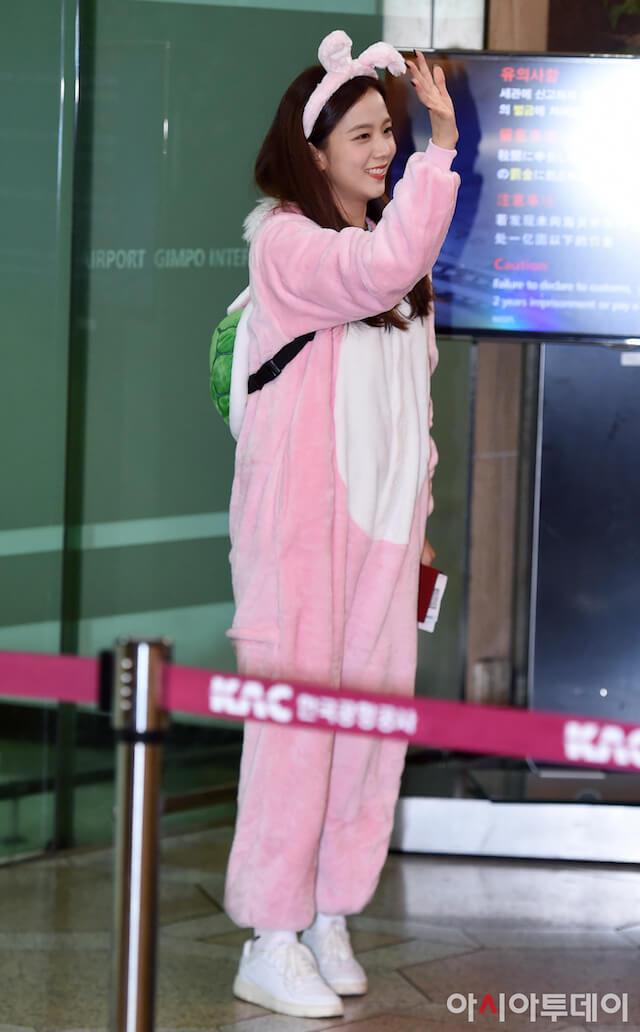 BLACKPINKジスの着ぐるみ空港ファッション
