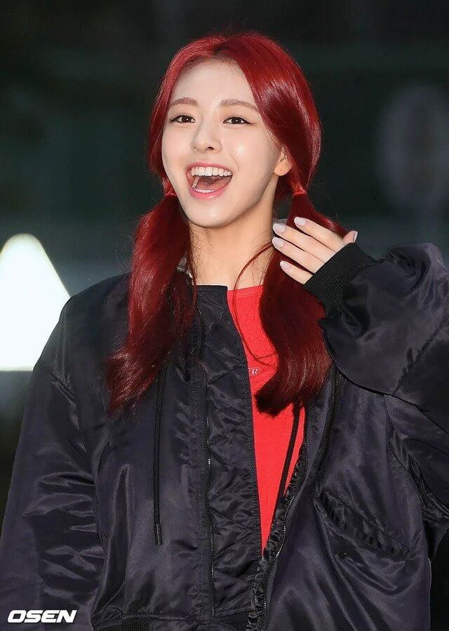 ITZYユナの赤髪ツインテール