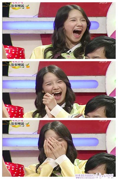 口を大きくあけて笑うユナ