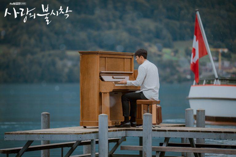 ピアノを演奏するヒョンビン