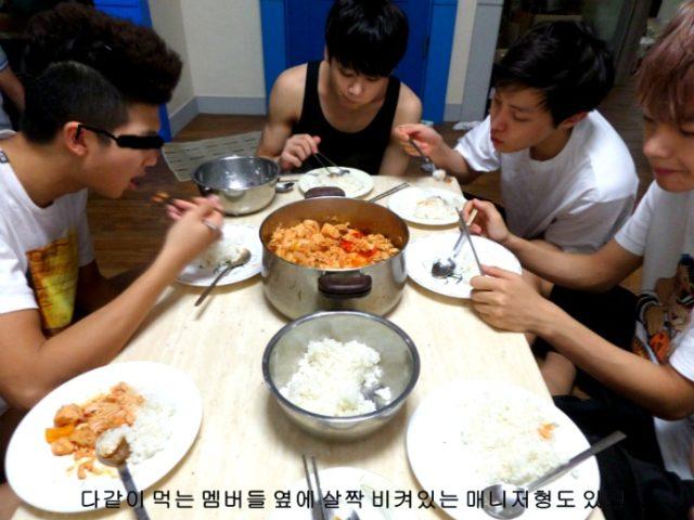 ジンの手料理を食べるメンバー