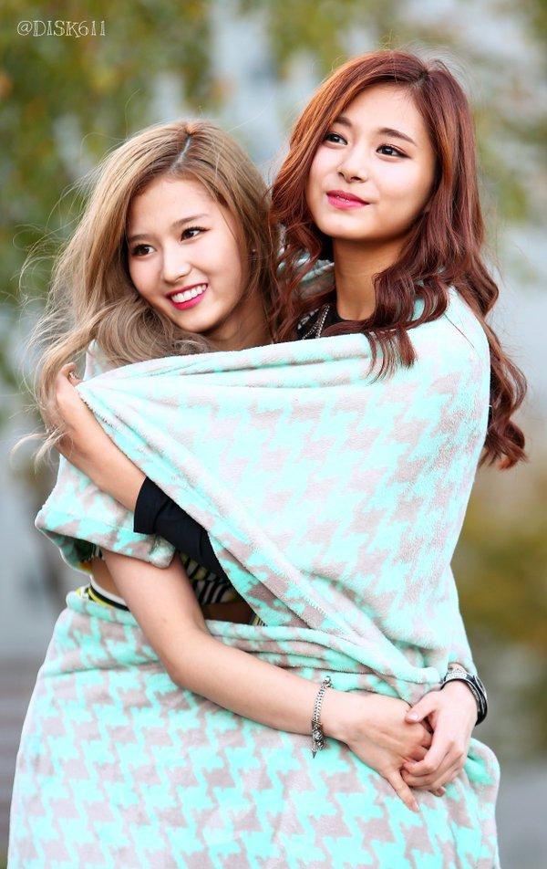 毛布にくるまるサチュカップル