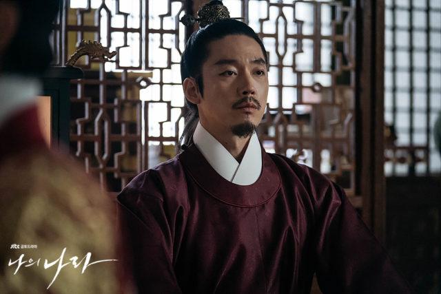 正装で遠くを見つめるバンウォン