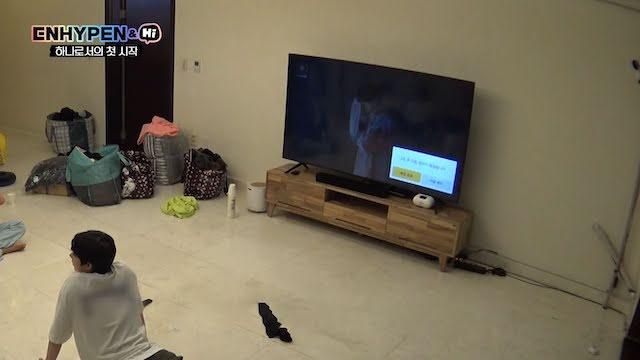 リビングでテレビを見てくつろぐENHYPENメンバー